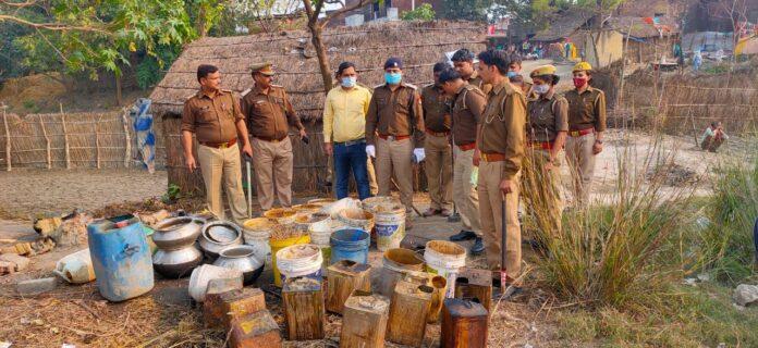 कसया: हेतिमपुर मे अबैध कच्ची के कारोबारियो पर क्षेत्राधिकारी के नेतृत्व मे छापामारी